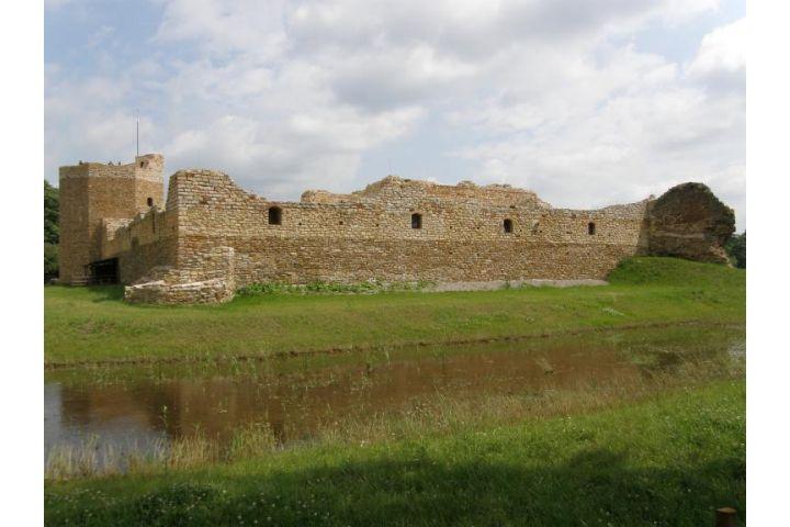 Ruiny zamku z fosą, Zamek Kazimierzowski, Noclegowo.pl