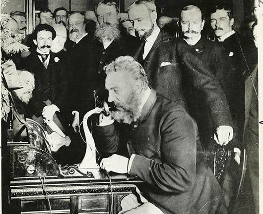 141 de ani de la primul apel telefonic . Cu 141 de ani în urmă Bell realiza una dintre cele mai importante invenții, ce avea să revoluționeze comunicarea interumană la distanță. https://www.gadget-review.ro/primul-apel-telefonic/