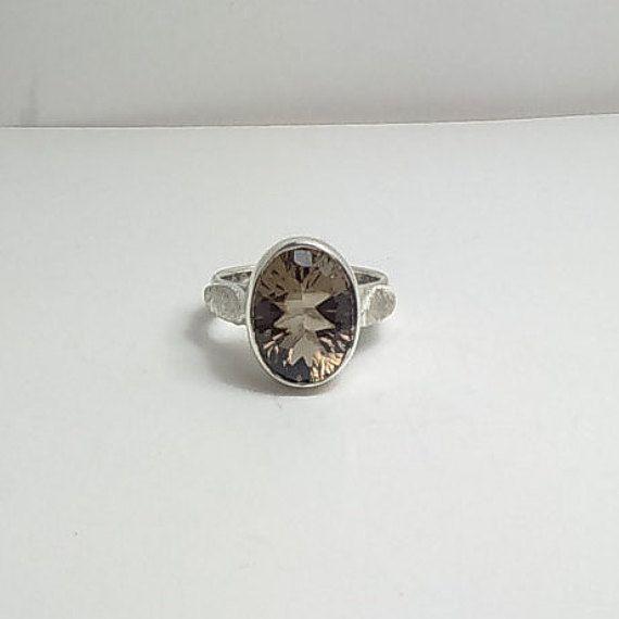 Anello in argento 925 con quarzo fumè. di oreficeriAlternativa
