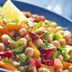 Ensalada de garbanzos con atún Ingredientes 300 gr. de garbanzos cocidos 3 tomates ½ cebolla 125 gr. de atún 2 huevos 1 pimiento rojo