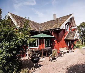 Ferienhaus Landliebe Fehmarn auf Avendorf: 2 Schlafzimmer, für bis zu 6 Personen. Familienurlaub im gemütlichen Schwedenstil Haus mit großzügigem Garten, WLAN | FeWo-direkt