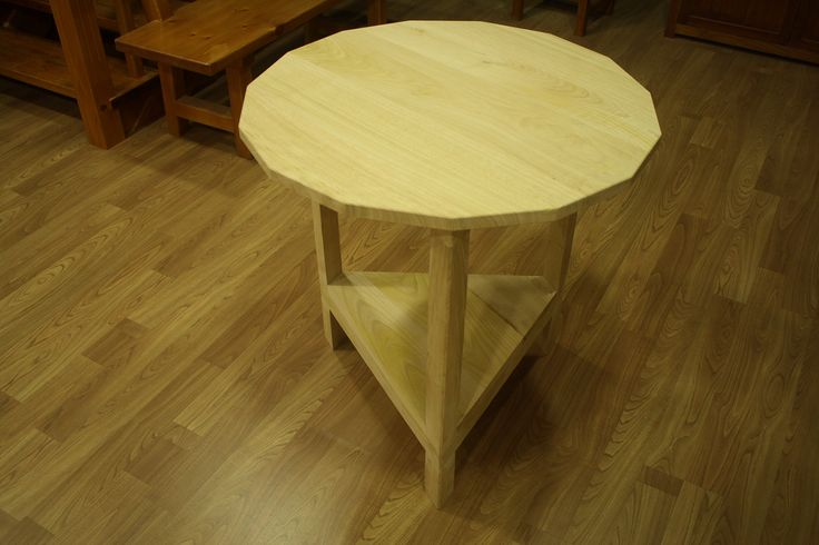Mesa camilla con base triangular y tapa con 14 lados.  Desde 300 eu en madera de castaño