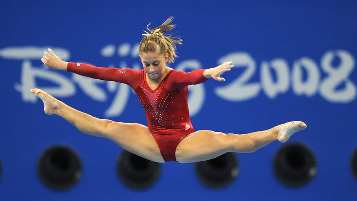 United States' Shawn Johnson competes on the balance beam during the women's individual all-around final of the artistic gymnastics event of the Beijing 2008 Olympic Games in Beijing on August 15, 2008.  AFP PHOTO / FRANCK FIFE OLY-2008-GYMNASTICS-FINAL-USA
