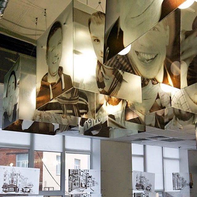 Молодой и динамичной компании требовался новый офис с необычным ярким, но очень недорогим интерьером. Мы сумели снизить расходы на отделку, используя принты на различных поверхностях. На потолочных светильниках, например, мы напечатали фотографии сотрудников офиса. Enter Связной.  #стены #отделкаофиса #отделка #интерьер #интерьермосква #дизайн #дизайнинтерьера