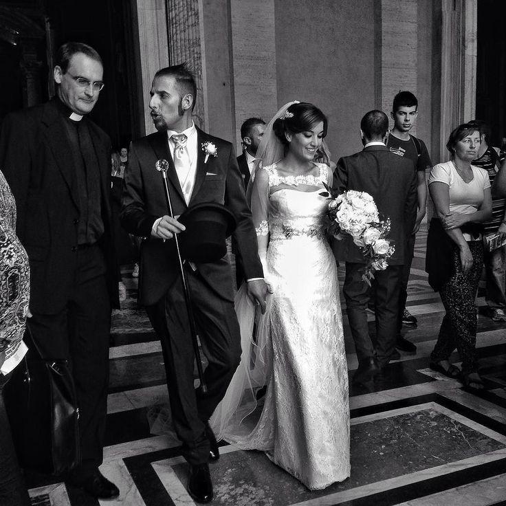 Тут тоже венчают  Но я бы не позавидовал фотографу. Такое количество туристов мама мия by laslogabany