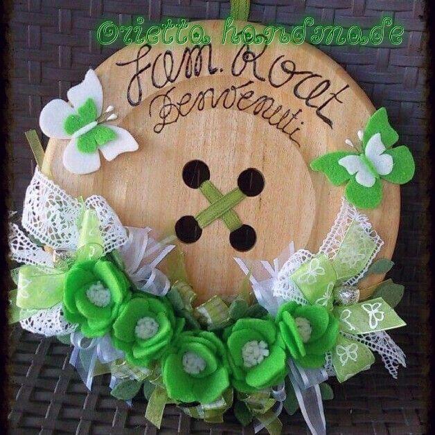 Bottone in legno con fiori in feltro