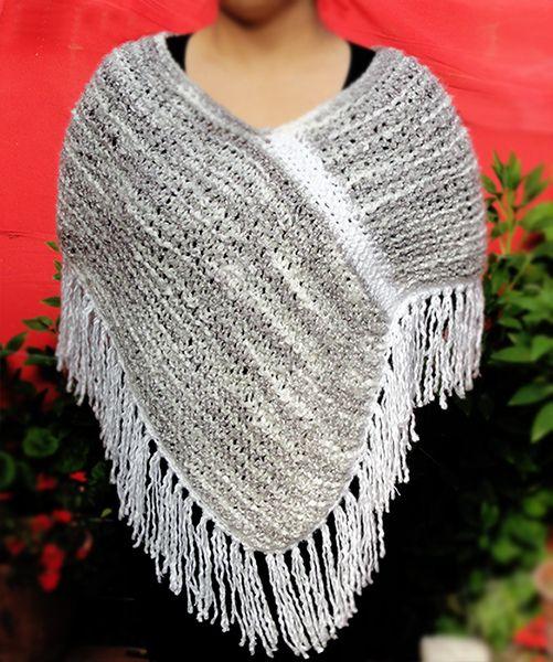 Mini Poncho matizado blanco y gris, tejido a mano con 2 palillos. Cuello blanco a palillos. Terminaciones a crochet. Hand Knit Mini Poncho. Poncho needles. Knitted poncho. Gray Knit Poncho.  by Suhyza