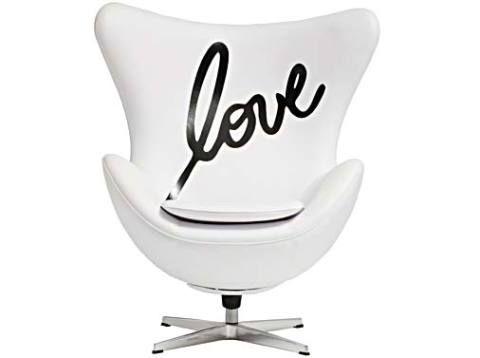 Para os fissurados em design, a sugestão é a clássica poltrona Egg, de Arne Jacobsen, que ganhou ares românticos com a inscrição em seu encosto de fibra de vidro e espuma poliuretana. A peça, giratória, tem o preço sugerido de R$ 3 830, na Clássica Design.