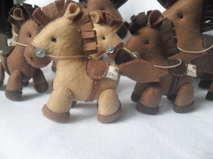 cavalinho feito de feltro,produto feito a mão,tamanho de 16cm por 17cm de comprimento,fazemos em varias cores e tambem outros tamanhos,fica em pe sozinho.