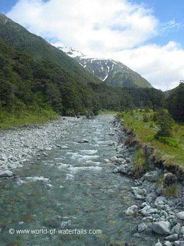 Olhando ao longo do rio Bealey a partir da ponte que o atravessa. Parque Nacional da Passagem de Arthur, Canterbury (Ilha do Sul), Nova Zelândia.