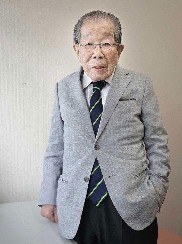 """Gydytojas Shigeaki Hinohara parašė 150 knygų apie sveikatą, įskaitant itin gerai perkamą knygą """"Living Long, Living Good"""", įsteigė Naująjį pagyvenusių žmonių judėjimą (""""New Elderly Movement"""") ir tapo vyriausiu praktikuojančiu mediku."""