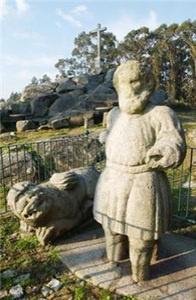 HOMEM DA MAÇA  No alto do Monte de S. Brás, em Santa Cruz do Bispo existe uma escultura incompleta, de grandes dimensões, que se tornou popularmente conhecida pela designação de Homem da Maça.     http://www.cm-matosinhos.pt/pages/426?poi_id=63