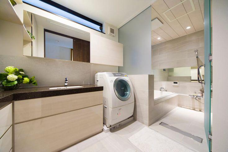 造作の浴室は洗面と同じタイルを貼り伸ばし一体感のある仕上がりとなり