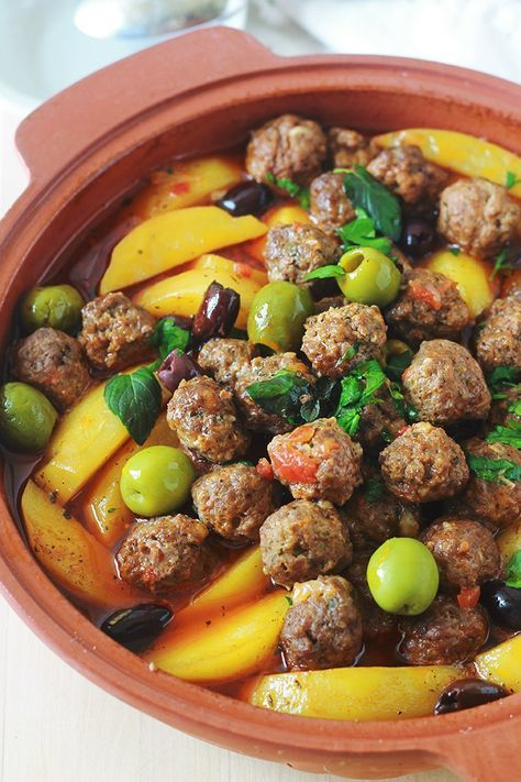 Tajine aux boulettes de viande, pommes de terre et olives. Le tout est cuit dans une sauce tomate. Un plat simple, complet et réconfortant. Si vous n'avez pas de tajine en terre cuite, pas de problème. Utilisez une cocotte ou une grande poêle avec couvercle.