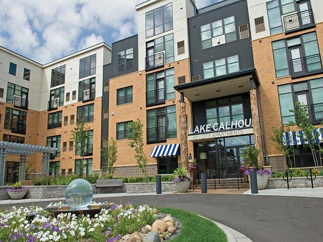 Lake Calhoun City Apartments in Uptown Minneapolis  MN has studio  1  2 and. Best 25  Townhomes for rent ideas on Pinterest   Modern townhouse