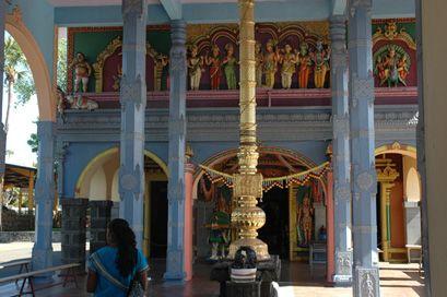 Temple Tamoul - Une légende raconte qu'il est déconseillé à un Tamoul d'élire son domicile dans un endroit où il n'y a pas de temple. Cela explique pourquoi très tôt (dès 1828) les Indiens organisent une campagne pour l'édification du temple de Saint-Paul.