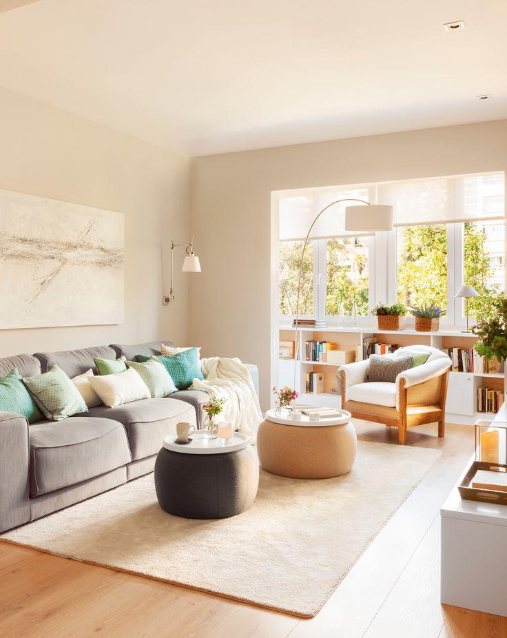 Salón con galería integrada. Ventanas de aluminio, screens, mueble librería bajo la ventana, lámpara de pie, butaca, mesas de centro redondas, alfombra y sofá gris (406032)