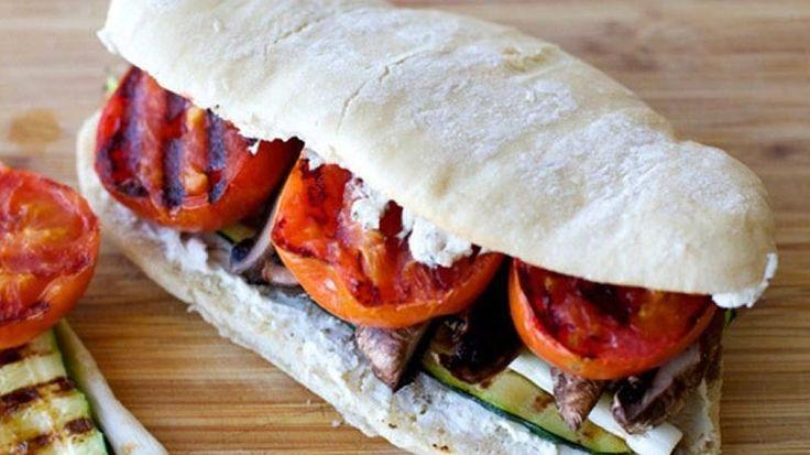 Cuando tengo poco tiempo, uno de mis almuerzos favoritos es este sándwich de verduras asadas. Se hace rápidamente y todos los ingredientes combinados le dan un delicioso sabor. Aso las verduras en el comal, al horno o en el griddle eléctrico dependiendo las cantidades y empacado ya frío en papel encerado es delicioso para llevar al trabajo.