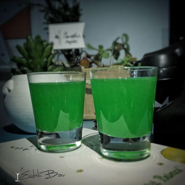 Liquid Marijuana Midori, Malibu, baharatlı rom, ananas suyu, sweet and sour karışımı, Blue Curaçao şurubu #kokteyl #cocktail #booze #yummy #green #marijuana #alcohol #mixology #mixologist #drug #shot #midori #malibu #tarif #recipe #lezzet #yeşil