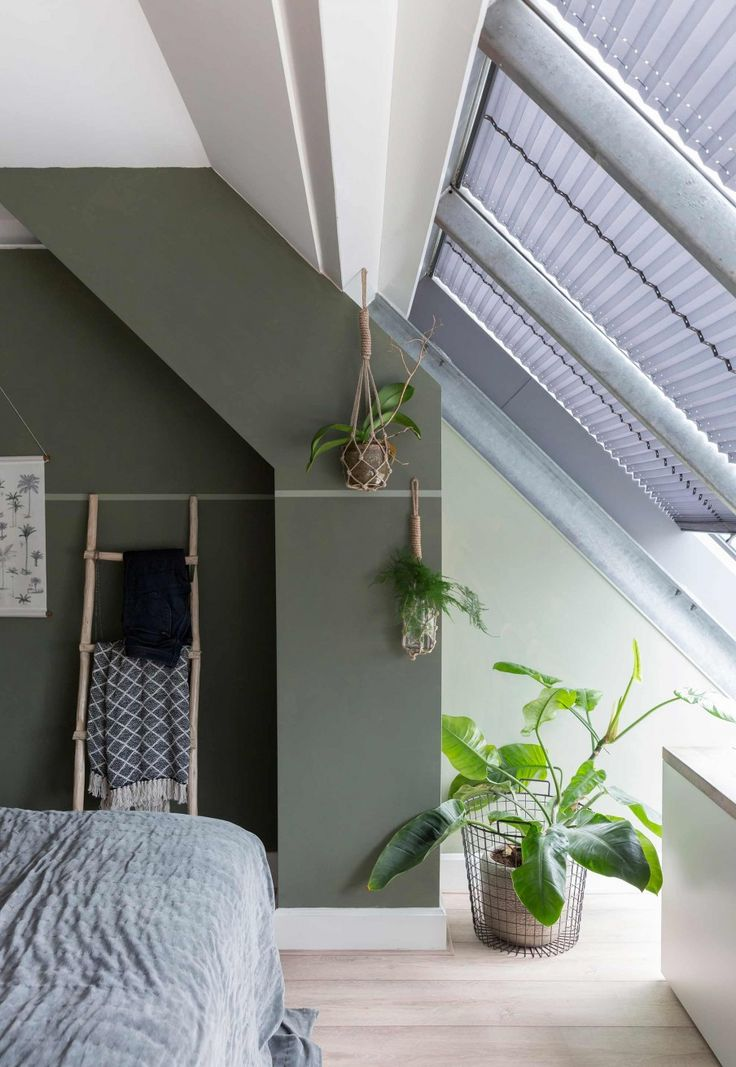 Groene slaapkamer | green bedroom | vtwonen 10-2017 | Fotografie Margriet Hoekstra | Styling Barbara Natzijl