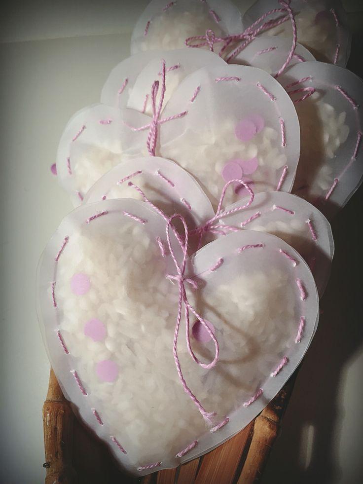 Bolsitas en forma de corazón para el arroz.. Con confeti y petalos de tela. Hecho a mano.