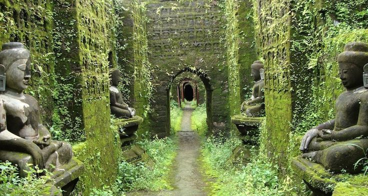 990 The fabled temples of Mrauk U