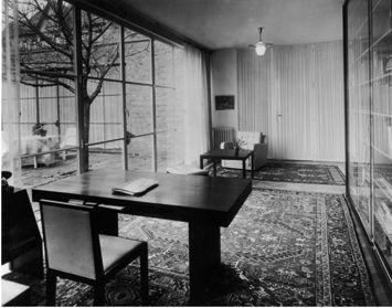 Mies van der Rohe Haus: Arbeitszimmer mit Schreibtischkombination. Um 1937.  Foto: Max Krajewsky