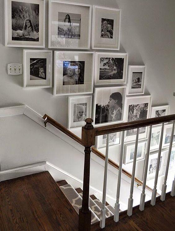 Quadros e tapete na escada