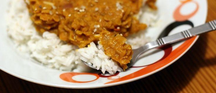 Un invincible été » Le daal : comfort-food chaleureux 1 verre de lentilles corail 1 oignon 1 gousse d'ail 1 tomate 1 1/2 verre d'eau 1 verre de purée de tomate 1/2 boîte de lait de coco (env. 200 mL) 1 càc de purée de piment (type sambal oelek) Epices : gingembre, cumin, curcuma, coriandre, paprika doux (à votre convenance) 1 pincée de gros sel de mer Huile d'olive (optionnel) des noix de cajou ou des graines