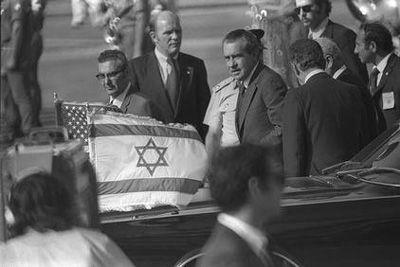 Histoire : Le président américain Richard Nixon, premier président en poste à visiter l'Etat juif, arrive en Israël, le 17 juin 1974. (Crédit : GPO)