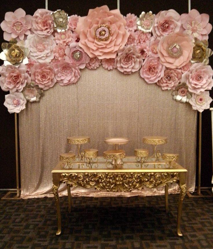 Renta este imponente y bello set de ensueño. . Muro de 3 metros largo por 2.70 metros alto con destellante cortina dorada de lentejuelas y el arte floral #dugorche en tonos rosa u otro color de tu elección, acompañado de elegante mesa y bases en acabado dorado. . Pregunta por este maravilloso paquete que @levelambientacion y @dugorche tienen para embellecer tu evento. Informes al 9932618827. . #floresdepapel #floresrosas #arteenpapel #paneldeflores #murodeflores #murodefloresdepapel…