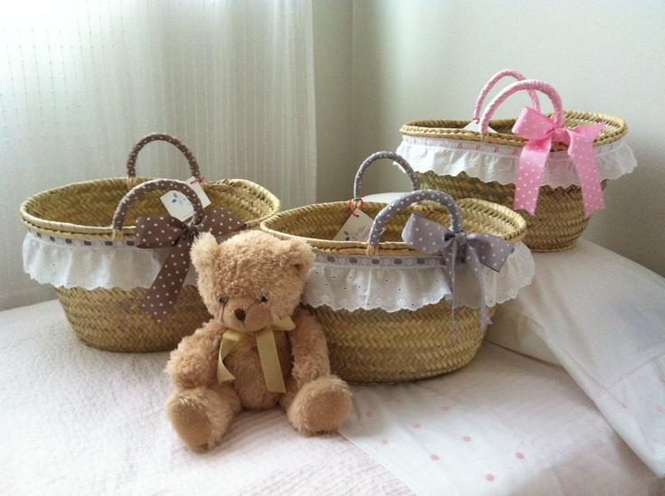 Cestos de palma hechos a mano con tira bordada blanca, asas forradas y lazo de topitos en marrón, rosa y gris.