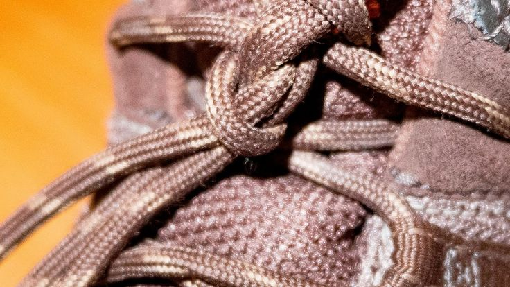 Как завязать круглые шнурки (чтобы не развязывались).  Есть такая проблема: купил ботинки с круглыми шнурками, завязываешь классическим бантиком, но они постоянно развязываются. Есть ума различных способов их завязать, но все это сложно, я расскажу самый простой способ их завязывания.