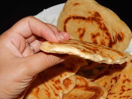 Recette Pain indien ou Naan au fromage : Dans votre robot mettez le lait tiede ( pas tres chaud ) huile et levure , Ajouter la farine, le sel, les oeufs et le yaourt. Pétrir pendant 5 minutes.