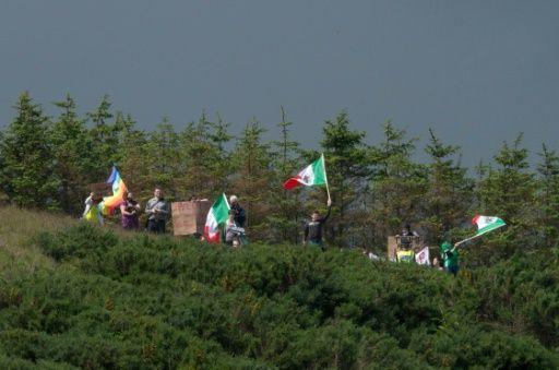 Manifestantes con banderas mexicanas invadieron este sábado un campo de golf de Donald Trump, cuando el virtual candidato republicano a la presidencia estadounidense se paseaba por su propiedad en Escocia, norte de Reino Unido.