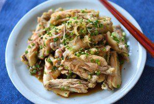 """いちばん丁寧な和食レシピサイト、白ごはん.comの『ゆで鶏(ゆで手羽中)の作り方』を紹介しているレシピページです。うちでは""""ゆで鶏=手羽中""""です。ゆでるだけなので、簡単でヘルシー。薬味を合わせてごま油をきかせれば、ほんとにやみつき!手が止まりません。今回はゆで汁も美味しくスープにしたいので、手羽先を購入して手羽中と先端に分けてから作ります。ぜひおためしください。"""