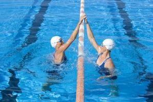 Químicos que sirven para limpiar el agua de la piscina que está blanquecina y turbia