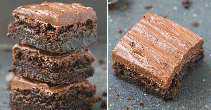 Děvčata drahá, do tohoto receptu se zamilujete!  Nádherně vláčné a měkounké brownies plné kakaové chuti. Kompletně bez mouky. Hlavní složkou těsta jsou zralé banány, díky kterým jsou brownies krásně vláčné a sladké. V receptu najdete navíc hned dva recepty na krémy, ze kterých si můžete vybrat dle chuti. Doba přípravy: 45 minut + čas na chlazení Porce: 9