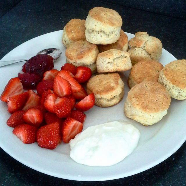 recept voor scones met zelfgemaakte aardbeienjam, clotted cream, verse aardbeien, slagroom. Lekker bij een high tea of gewoon ontbijt of lunch