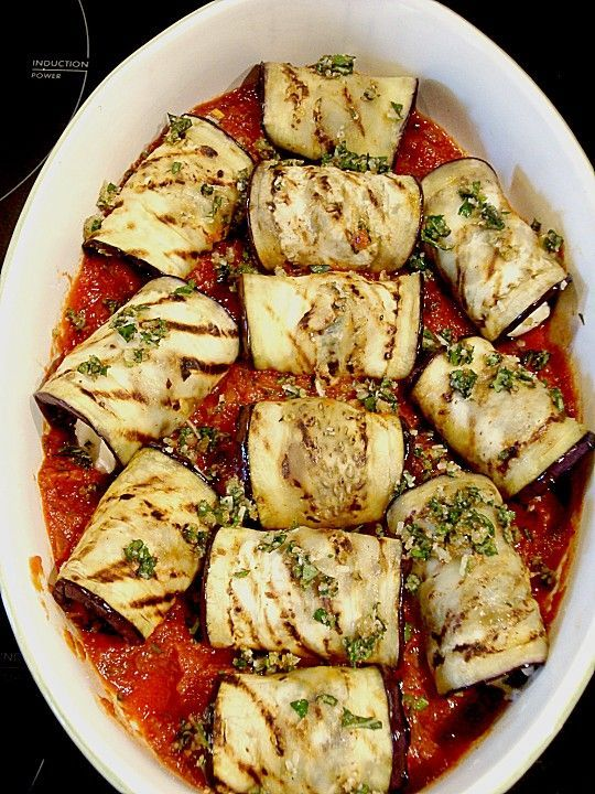 Auberginenröllchen mit Mozzarella und Tomatensauce