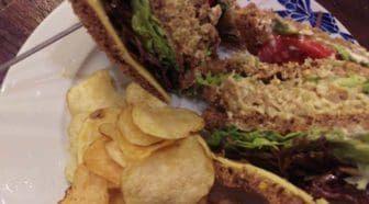 Veganized recept: de klassieke club sandwich Geschreven door Cecile Bol voor Eigenwijs Blij.  Met de vegetarische variant van de club sandwich (of is het clubsandwich?) had ik mij er eigenlijk wat te gemakkelijk vanaf gemaakt. Humus een geprakte avocado geitenkaas: dat kan iedereen. Voor mijn vegan versie heb ik geprobeerd all the way te gaan en de klassieke club sandwich met kip kaas en bacon zo dicht mogelijk te benaderen.  Lees verder: http://ift.tt/2qLvvCZ