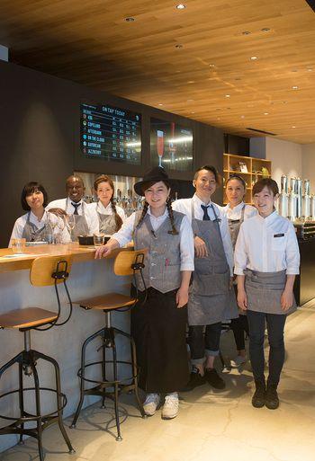 ◆スプリング バレー ブルワリー 東京◆ スプリング バレー ブルワリー 東京では「HAKUÏ」を制服として採用しています。厨房とフロアのスタッフさんはそれぞれ違うユニフォームを着るというこだわり。おしゃれなお店にぴったりの洗練されたデザインのエプロンですね。