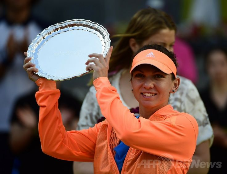 テニス、マドリード・オープン(Mutua Madrid Open 2014)女子シングルス決勝。トロフィーを掲げるシモナ・ハレプ(Simona Halep、2014年5月11日撮影)。(c)AFP/PIERRE-PHILIPPE MARCOU ▼12May2014AFP|シャラポワがハレプを撃破、2週連続優勝 マドリード・オープン http://www.afpbb.com/articles/-/3014609 #Simona_Halep