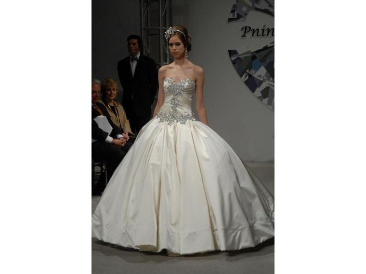 Google Image Result for http://media.preownedweddingdresses.com/images/dresses/21611/1024x768/Pnina-Tornai-Ball-Gown-off-white-2010-101507.jpg