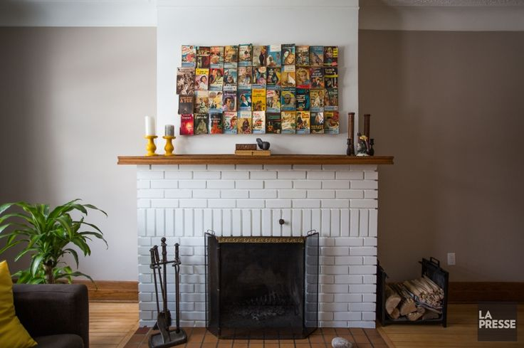 Tableau fait de livres de poche anciens collés à la colle chaude. Peindre un manteau de cheminée