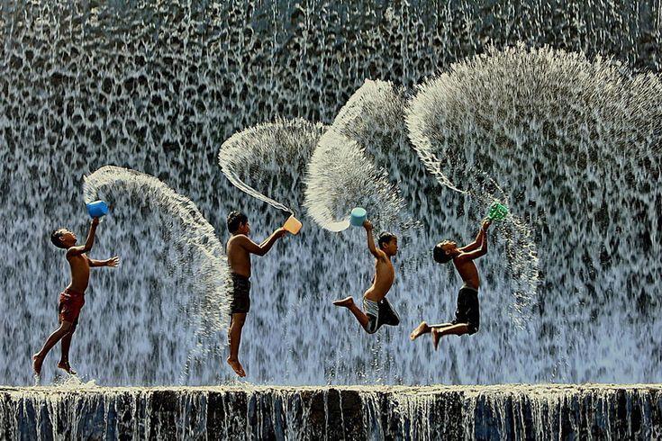 32 hermosas fotos de niños jugando felices alrededor del mundo - Política y Sociedad