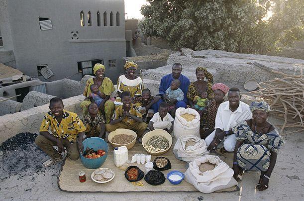 Hungry Planet :Que mange-t-on en une semaine ?  La famille malienne ©Peter Menzel