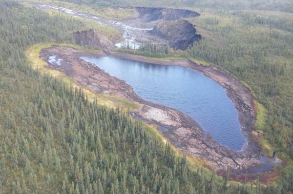 Un lago sin nombre en los Territorios del Noroeste de Canadá cayó de un acantilado Temperaturas cada vez más cálidas fundieron un montón de suelo helado, lo que causó un aumento en el tamaño y el peso del lago. Alrededor de 30.000 metros cúbicos de agua, lo que equivale al 12 piscinas olímpicas, empujados por el borde crearon una cascada de 2 horas.