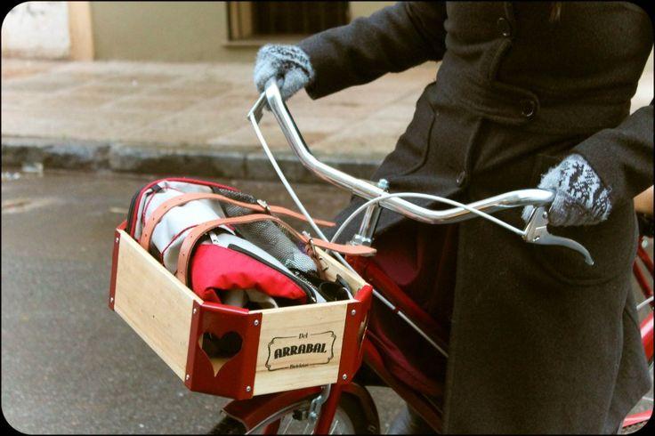 Cajones de madera para bicicletas Personalizados  Medidas: 36 x 25 x 12 cm  Realizado con madera barnizada  y punteras de metal caladas y pintadas.  Tiras de cuero ajustables para sujetar  las pertenencias.  Instalación sobre la rueda  delantera de fácil colocación.