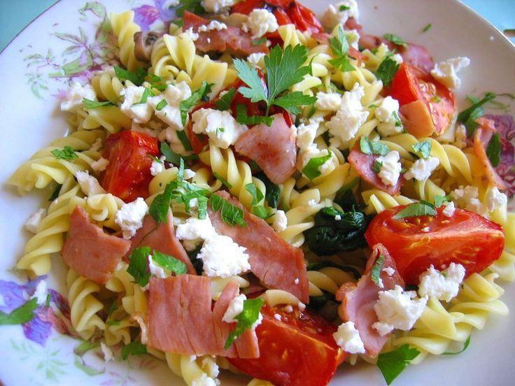 Salade de pâtes froides et tomate rôtie